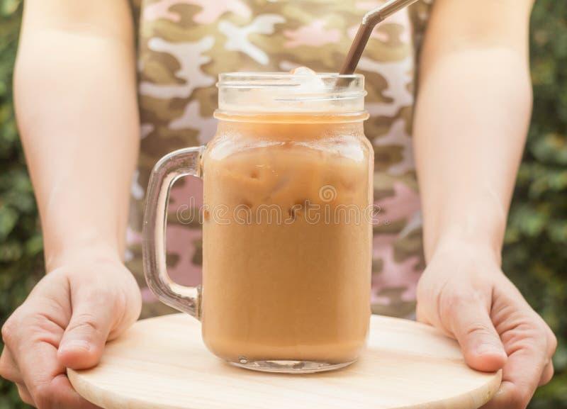 Ποτήρι λαβής χεριών του παγωμένου καφέ με την εκλεκτής ποιότητας επίδραση φίλτρων στοκ εικόνες με δικαίωμα ελεύθερης χρήσης