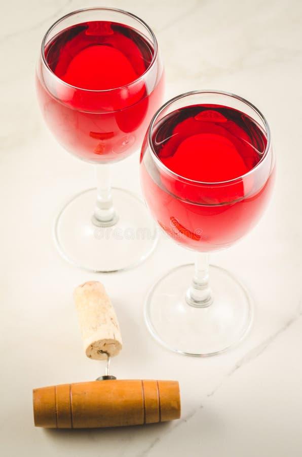 Ποτήρι δύο του ποτηριού κόκκινο κρασί και ανοιχτήρι/δύο του κόκκινου κρασιού και wo στοκ φωτογραφία με δικαίωμα ελεύθερης χρήσης