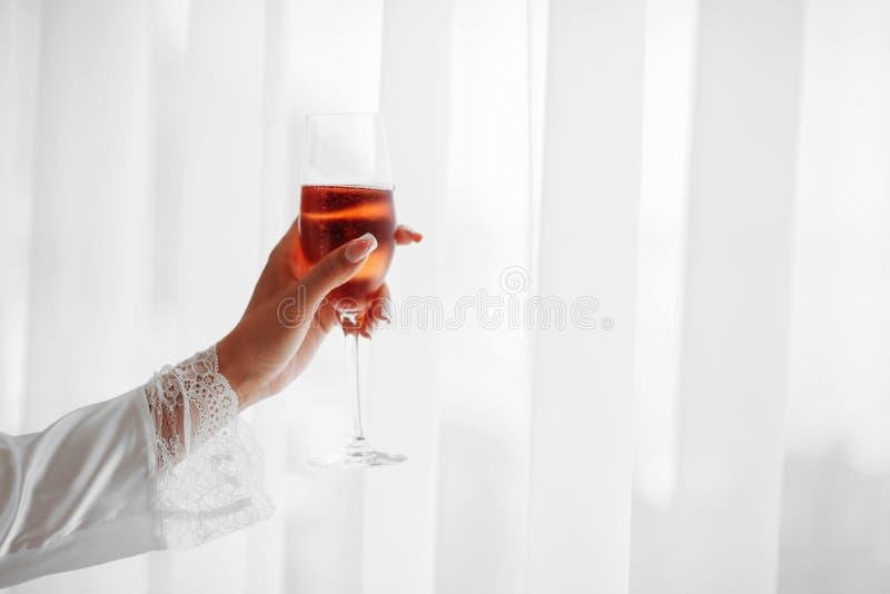 Ποτήρι εκμετάλλευσης χεριών της σαμπάνιας για τον εορτασμό στοκ εικόνα με δικαίωμα ελεύθερης χρήσης