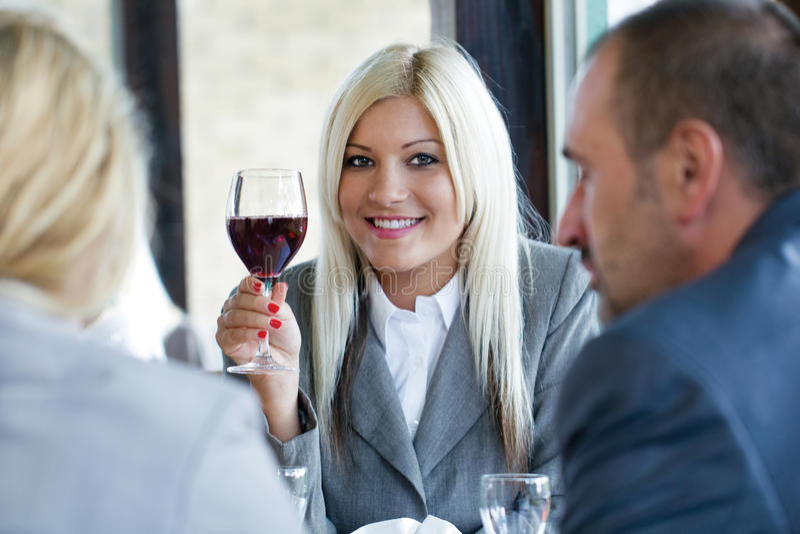Ποτήρι εκμετάλλευσης γυναικών του κόκκινου κρασιού στοκ εικόνες