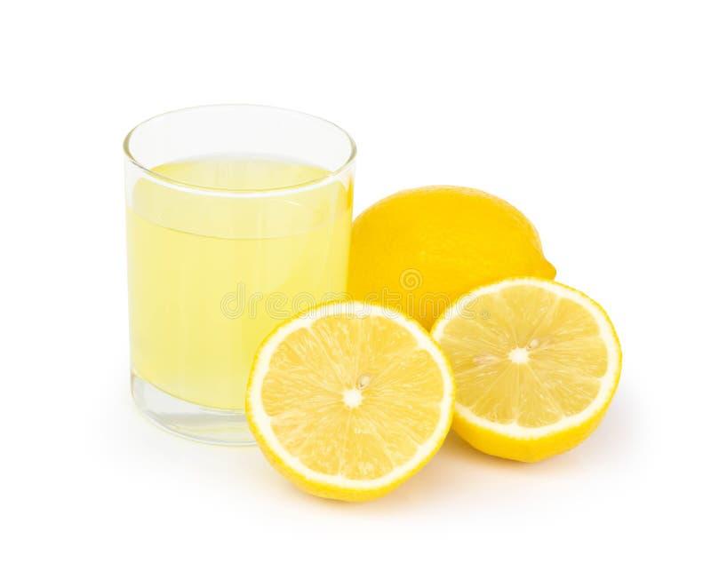 Ποτήρι κινηματογραφήσεων σε πρώτο πλάνο του ποτού χυμού λεμονιών που απομονώνεται στο άσπρο υπόβαθρο, καλυπτόμενη από ρείκια έννο στοκ εικόνα με δικαίωμα ελεύθερης χρήσης