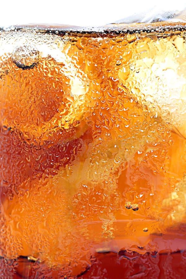 Ποτήρι της κόλας με τον πάγο, κρύο που αναζωογονεί το μη αλκοολούχο ποτό με τον πάγο στο α στοκ εικόνες