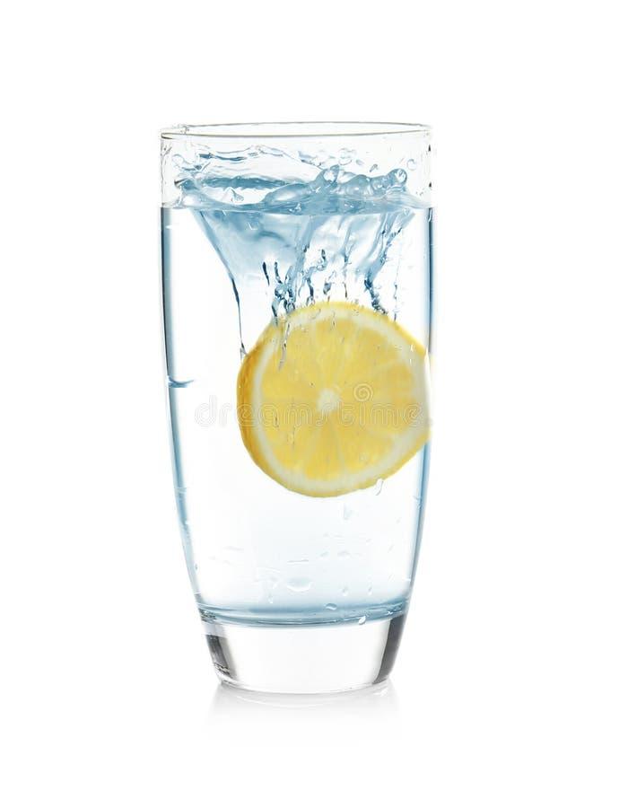 Ποτήρι της λεμονάδας με το ράντισμα του νερού στοκ εικόνα
