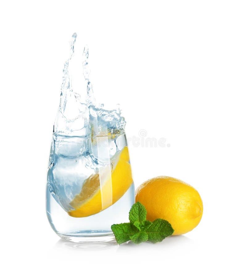 Ποτήρι της λεμονάδας με το ράντισμα του νερού στοκ εικόνα με δικαίωμα ελεύθερης χρήσης