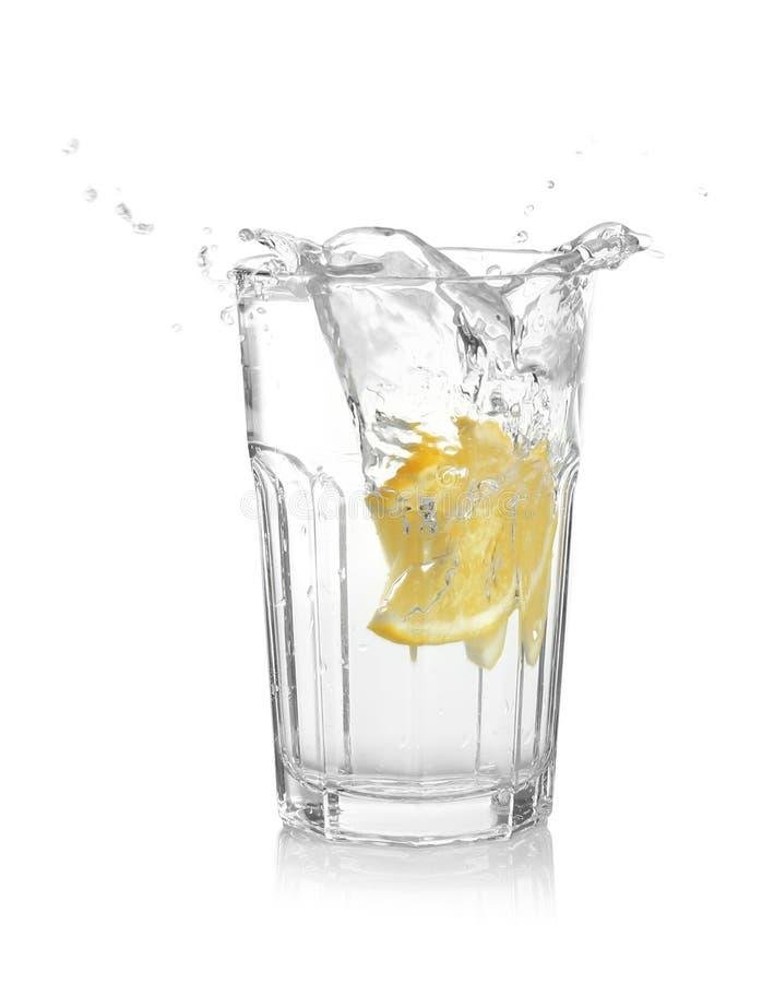 Ποτήρι της λεμονάδας με το ράντισμα του νερού στοκ φωτογραφία