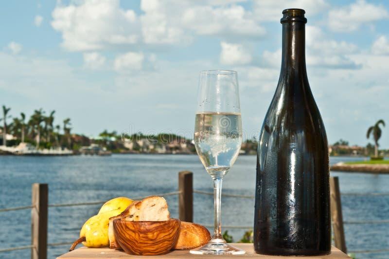Ποτήρι της σαμπάνιας με το αχλάδι και το ψωμί και το εκλεκτής ποιότητας μπουκάλι στοκ φωτογραφία