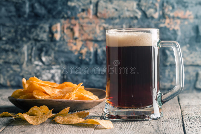 Ποτήρι της σκοτεινής μπύρας στοκ φωτογραφία