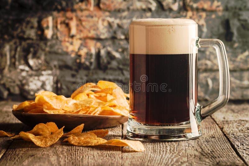 Ποτήρι της σκοτεινής μπύρας στοκ φωτογραφίες