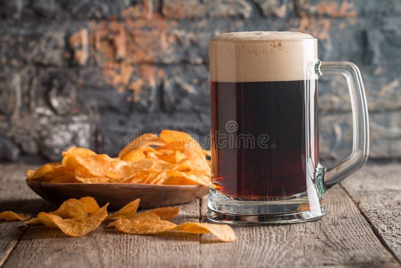 Ποτήρι της σκοτεινής μπύρας στοκ εικόνα