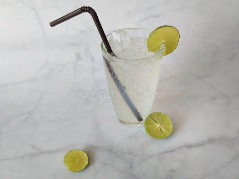 Ποτήρι της σόδας ασβέστη στο μαρμάρινο υπόβαθρο στοκ εικόνα