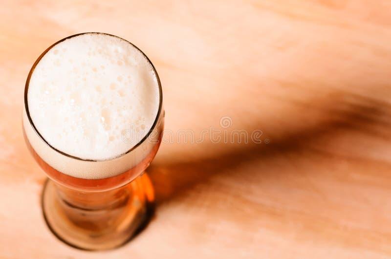 Μπύρα ξανθού γερμανικού ζύού στον πίνακα στοκ φωτογραφίες