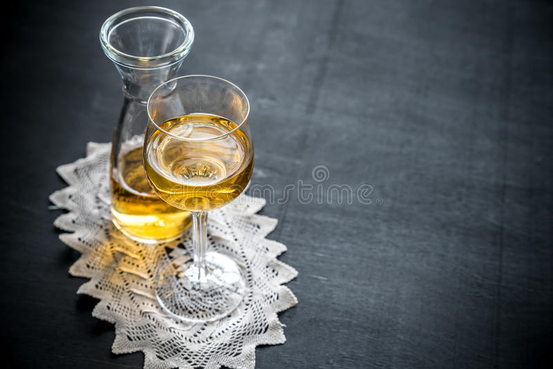 Ποτήρι του άσπρου κρασιού στο εκλεκτής ποιότητας ντεκόρ στοκ φωτογραφία με δικαίωμα ελεύθερης χρήσης