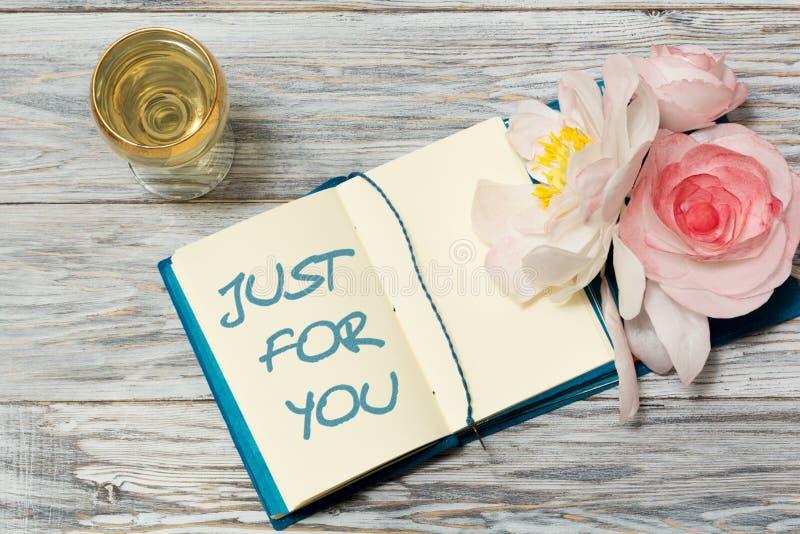 Ποτήρι του άσπρων κρασιού και του κειμένου στο σημειωματάριο: Ακριβώς για σας στοκ εικόνες
