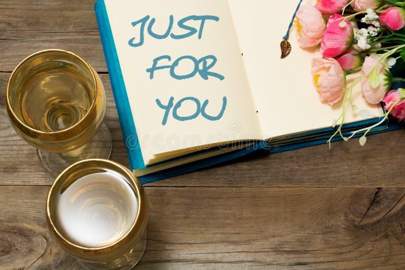 Ποτήρι του άσπρων κρασιού και του κειμένου στο σημειωματάριο: Ακριβώς για σας στοκ φωτογραφία