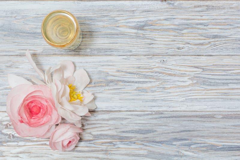 Ποτήρι του άσπρων κρασιού και των λουλουδιών στοκ εικόνα με δικαίωμα ελεύθερης χρήσης