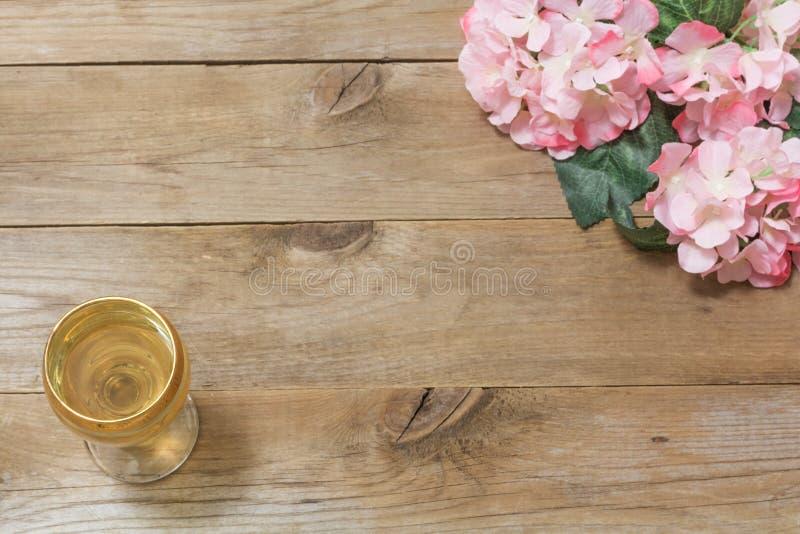 Ποτήρι του άσπρων κρασιού και των λουλουδιών στοκ φωτογραφίες με δικαίωμα ελεύθερης χρήσης