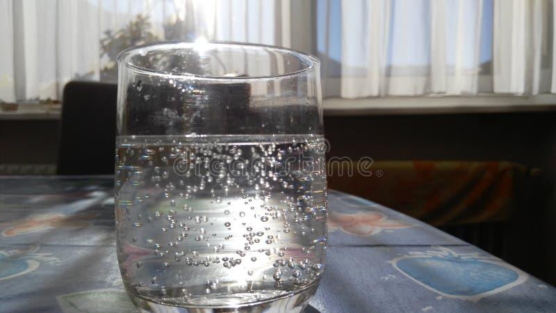 Ποτήρι του λαμπιρίζοντας νερού στοκ φωτογραφία με δικαίωμα ελεύθερης χρήσης