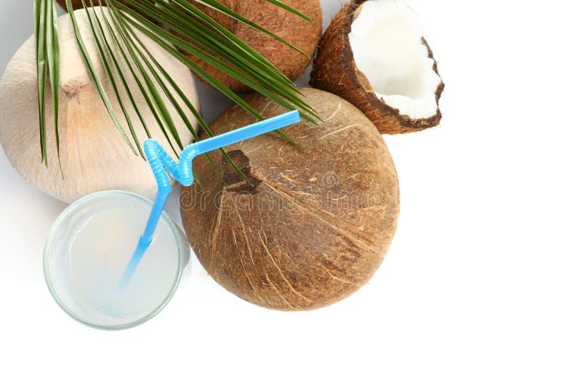 Ποτήρι του γάλακτος και των καρυδιών καρύδων στην άσπρη, τοπ άποψη στοκ εικόνες