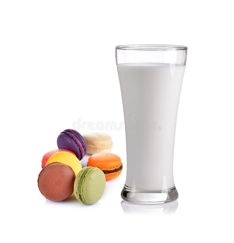Ποτήρι του γάλακτος και Macaroon στο άσπρο υπόβαθρο στοκ εικόνες