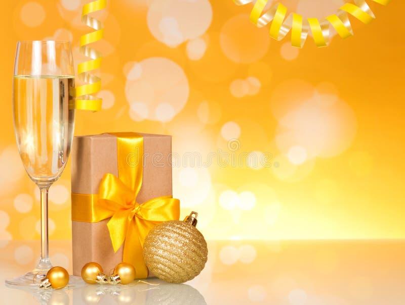 Ποτήρι του κρασιού, κιβώτιο με τις μεγάλων και μικρών Χριστουγέννων σφαίρες δώρων, επάνω στοκ φωτογραφία με δικαίωμα ελεύθερης χρήσης