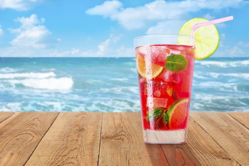 Ποτήρι του κρύου κόκκινου κοκτέιλ στοκ εικόνα