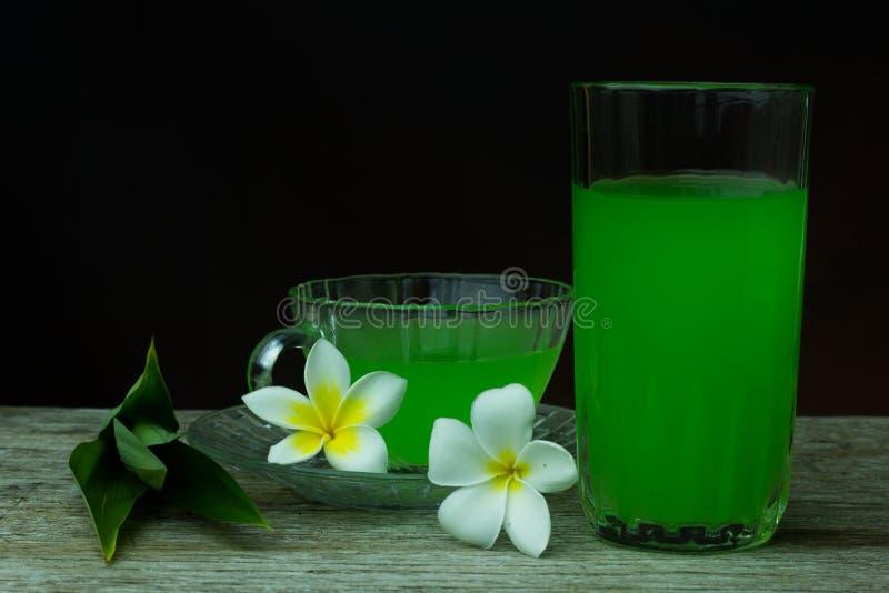 Ποτήρι του κρύου χυμού Pandan - υγιή τρόφιμα ενάντια στο ξύλο, με το τηγάνι στοκ φωτογραφίες με δικαίωμα ελεύθερης χρήσης