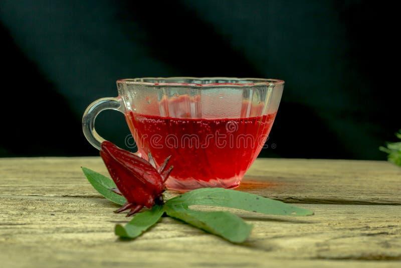 Ποτήρι του κρύου χυμού roselle - υγιή τρόφιμα ενάντια στο ξύλο στοκ εικόνα με δικαίωμα ελεύθερης χρήσης