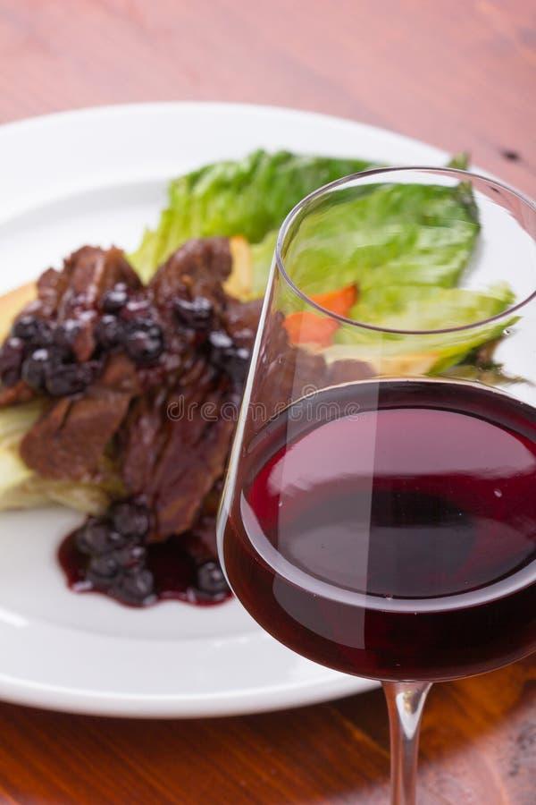 Ποτήρι του κόκκινου κρασιού και του βόειου κρέατος στοκ εικόνα με δικαίωμα ελεύθερης χρήσης