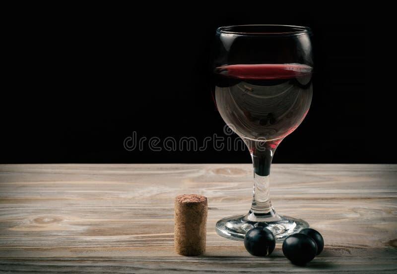 Ποτήρι του κόκκινου κρασιού και μπουκάλι του κρασιού στοκ εικόνες