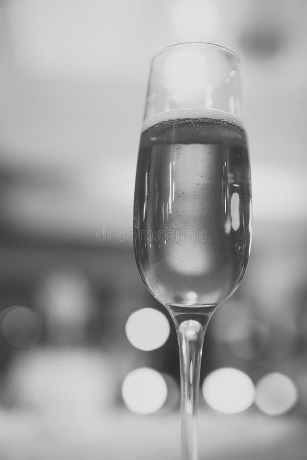 Ποτήρι του λαμπιρίζοντας κρασιού με τις φυσαλίδες στο υπόβαθρο bokeh στοκ εικόνες