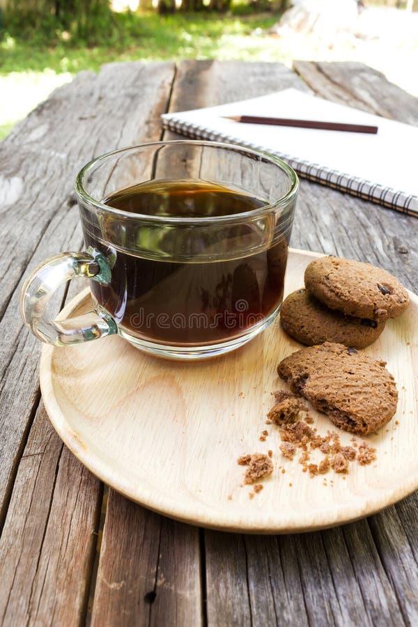 Ποτήρι του μαύρου καφέ με τα μπισκότα τσιπ σοκολάτας στοκ φωτογραφία με δικαίωμα ελεύθερης χρήσης