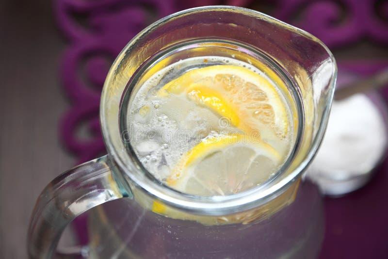 Ποτήρι του νερού με το λεμόνι στοκ εικόνες
