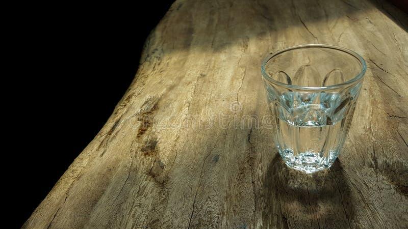 Ποτήρι του νερού στον ξύλινο πίνακα στοκ εικόνες