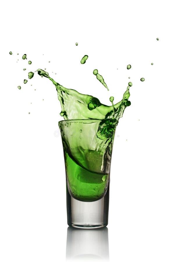 Ποτήρι του οινοπνευματώδους ποτού με τον πάγο Πυροβολισμός ποτού αψιθιάς ή μεντών στοκ εικόνες με δικαίωμα ελεύθερης χρήσης