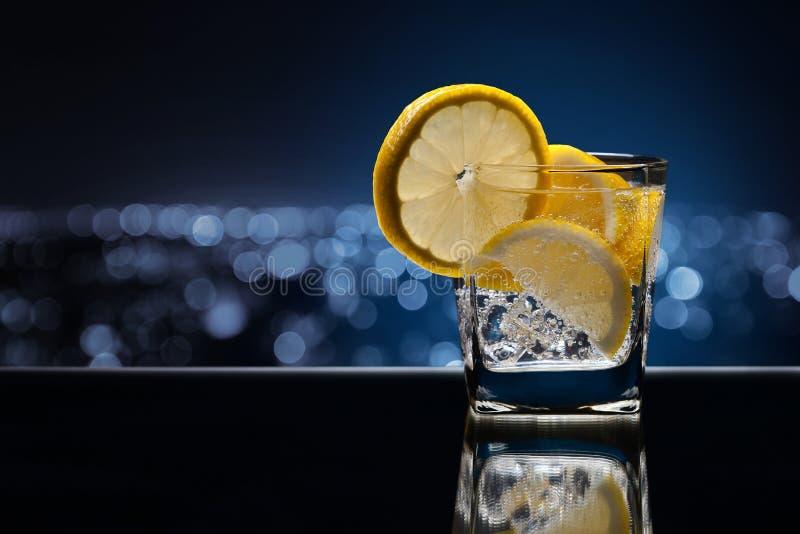 Ποτήρι του οινοπνευματώδους ποτού με το λεμόνι στοκ εικόνες
