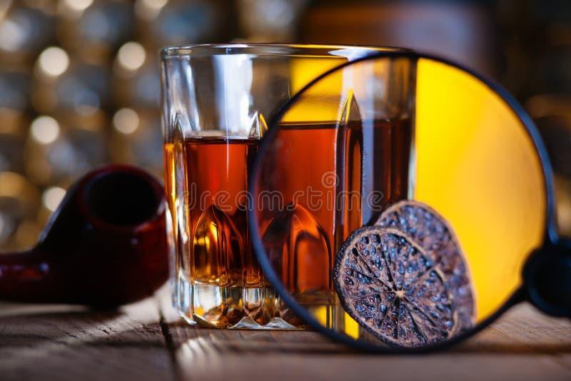 Ποτήρι του ουίσκυ, της ενίσχυσης - γυαλί, του λεμονιού και του smooking σωλήνα στοκ φωτογραφία με δικαίωμα ελεύθερης χρήσης