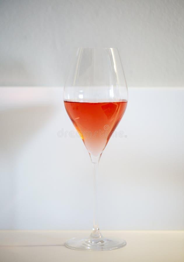 Ποτήρι του ροδαλού κρασιού στο άσπρο υπόβαθρο στοκ εικόνα