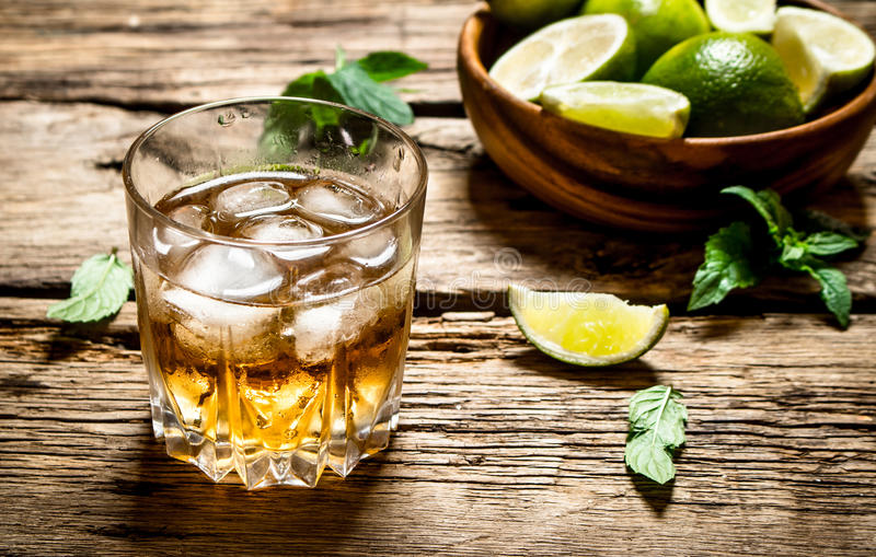 Ποτήρι του ρουμιού με τον πάγο, τον ασβέστη και τη μέντα στοκ φωτογραφία με δικαίωμα ελεύθερης χρήσης