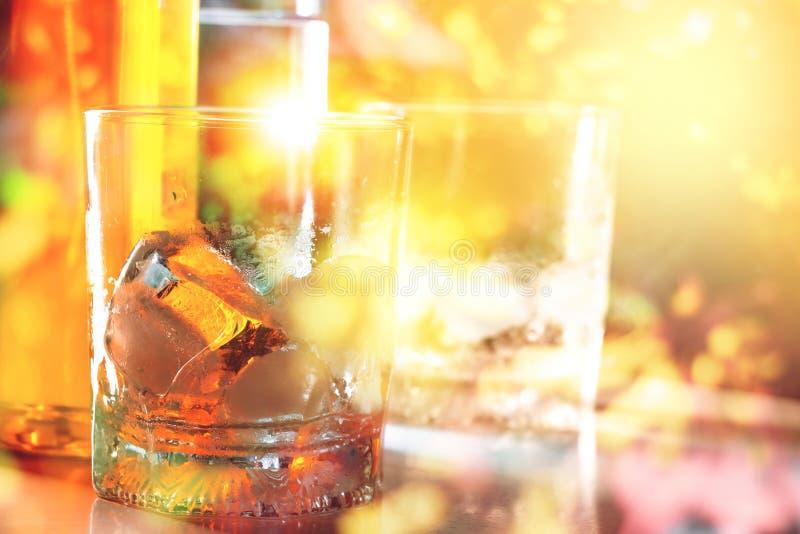Ποτήρι του σκωτσέζικου ουίσκυ και του πάγου στο μπαρ στοκ εικόνες