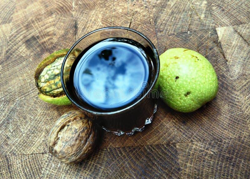 Ποτήρι του σπιτικού ηδύποτου ξύλων καρυδιάς στοκ φωτογραφία