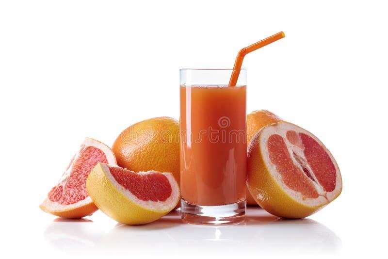 Ποτήρι του φρέσκου άσπρου υποβάθρου φρούτων χυμού γκρέιπφρουτ και περικοπών στοκ φωτογραφίες