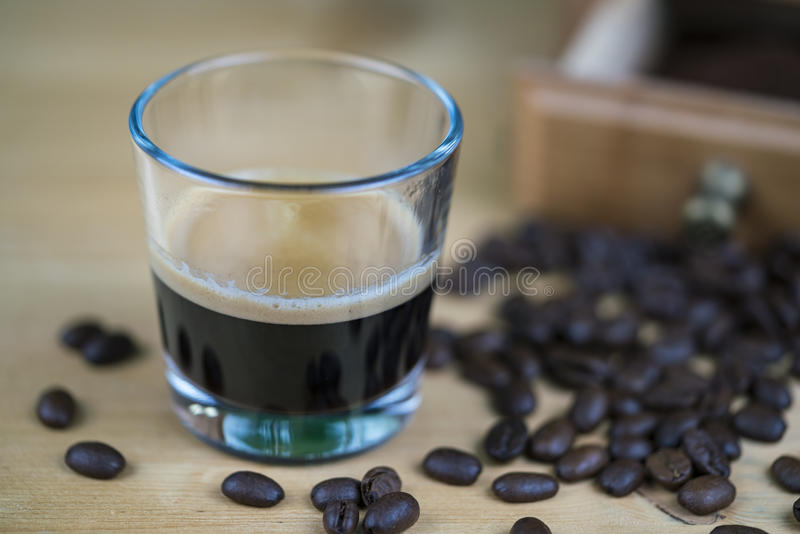 Ποτήρι του φρέσκου αρωματικού καφέ espresso στοκ φωτογραφία με δικαίωμα ελεύθερης χρήσης