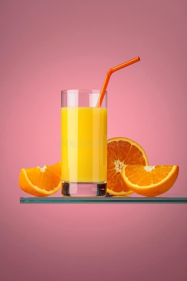 Ποτήρι του φρέσκου χυμού από πορτοκάλι με τους νωπούς καρπούς στοκ φωτογραφίες