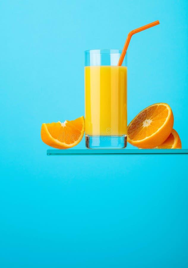 Ποτήρι του φρέσκου χυμού από πορτοκάλι με τους νωπούς καρπούς στοκ εικόνα