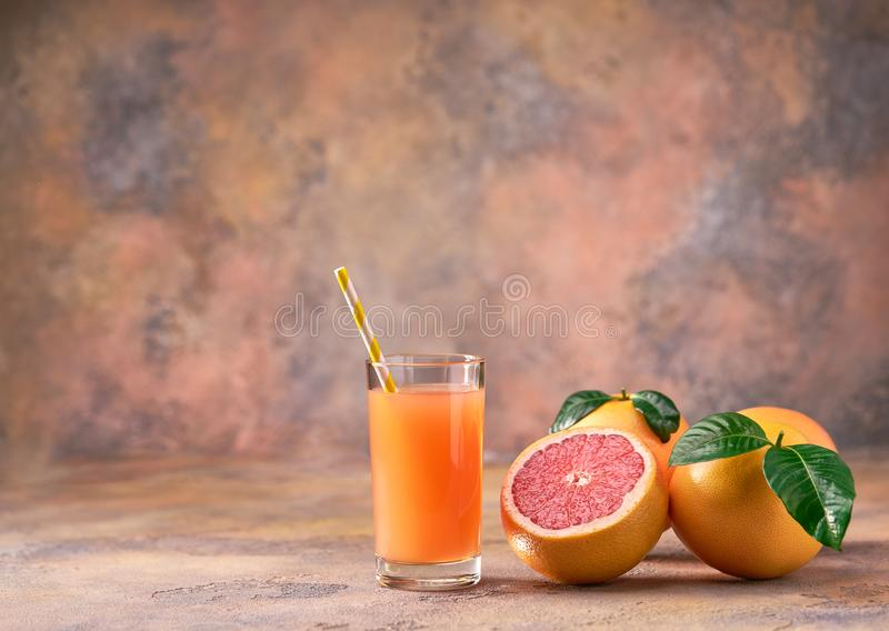 Ποτήρι του φρέσκου χυμού γκρέιπφρουτ σε ένα αφηρημένο υπόβαθρο Sele στοκ φωτογραφία με δικαίωμα ελεύθερης χρήσης