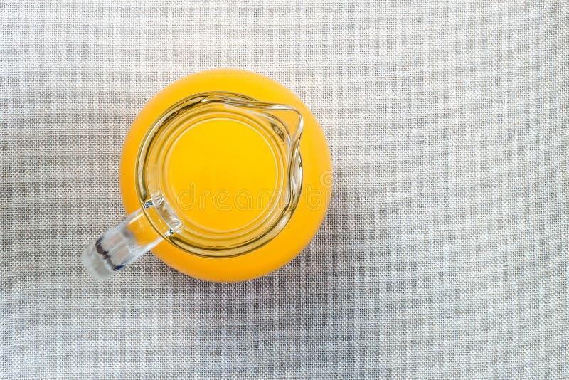 Ποτήρι του χυμού από πορτοκάλι άνωθεν, τοπ άποψη σχετικά με burlap sackcloth β στοκ εικόνες