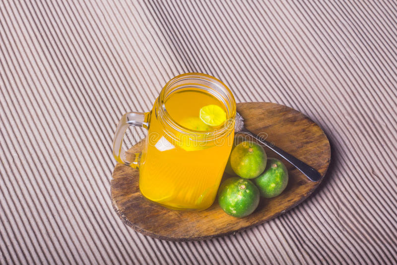 Download Ποτήρι του χυμού από πορτοκάλι με το άχυρο και των φετών στον ξύλινο πίνακα Στοκ Εικόνες - εικόνα από ανασκόπησης, αποκοπή: 62715892