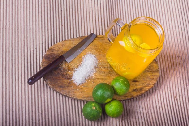 Download Ποτήρι του χυμού από πορτοκάλι με το άχυρο και των φετών στον ξύλινο πίνακα Στοκ Εικόνα - εικόνα από φάτε, καφές: 62723013