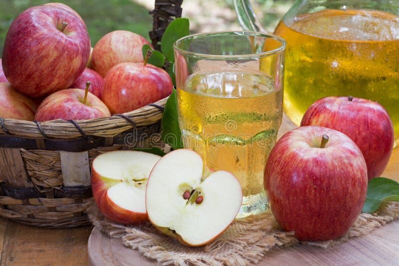 Ποτήρι του χυμού της Apple και των φρέσκων κόκκινων μήλων στοκ φωτογραφία με δικαίωμα ελεύθερης χρήσης