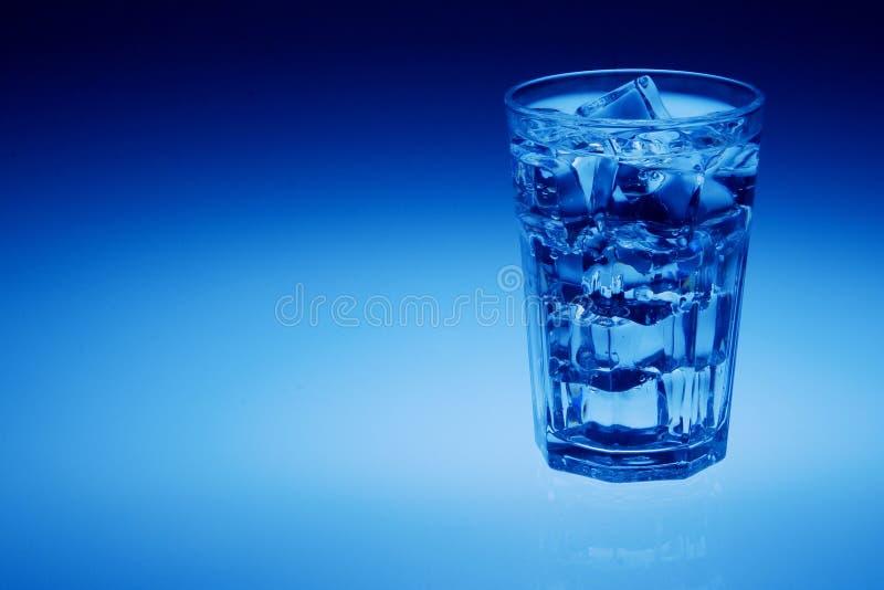 Ποτήρι του ύδατος με τους κύβους πάγου στοκ φωτογραφία με δικαίωμα ελεύθερης χρήσης